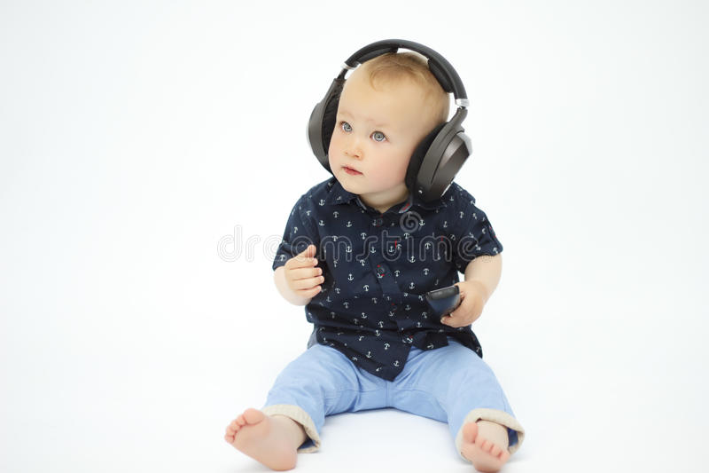 Rapaz pequeno nos auscultadores imagem de stock royalty free