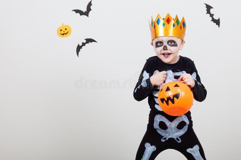 Rapaz pequeno nos esqueletos do traje fotografia de stock royalty free