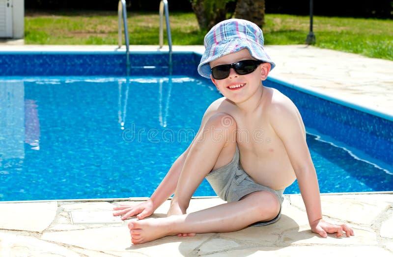 Rapaz pequeno oleado acima com creme do sol fotografia de stock