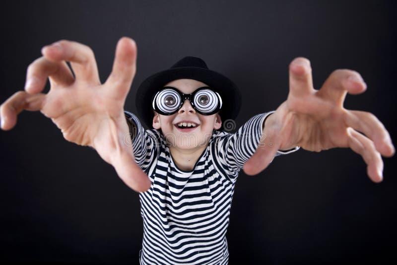 Rapaz pequeno parvo no chapéu negro fotos de stock royalty free