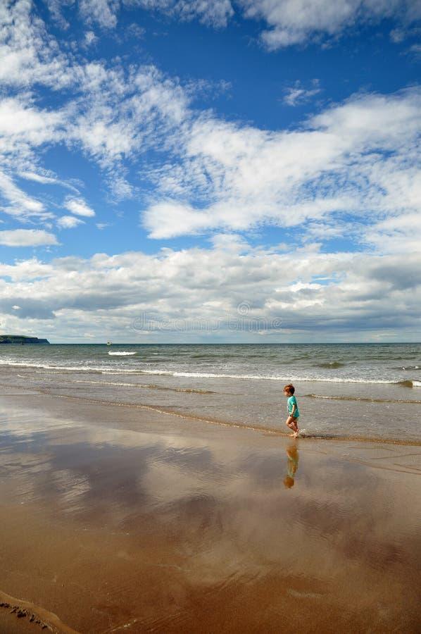 Rapaz pequeno que anda na praia imagem de stock royalty free