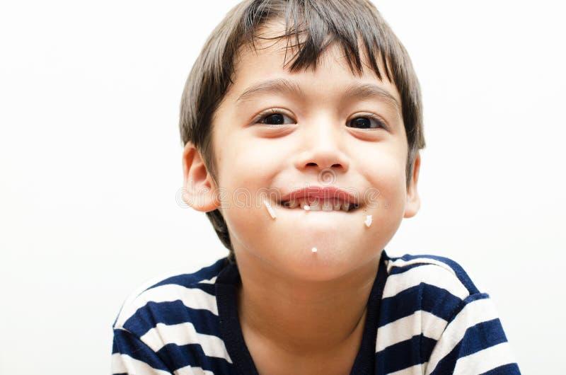 Rapaz pequeno que come a cara feliz do arroz imagens de stock royalty free