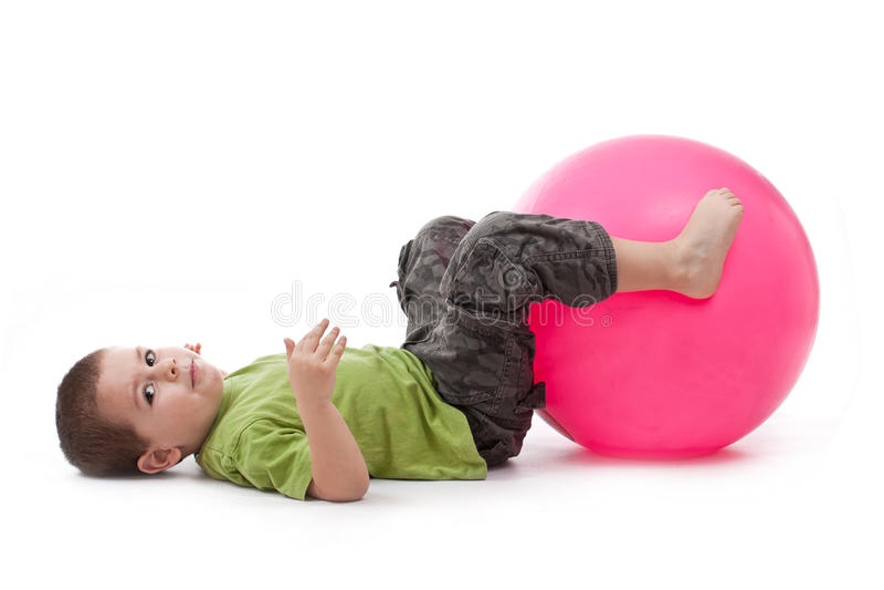 Rapaz pequeno que faz exercícios ginásticos fotografia de stock royalty free