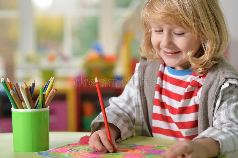 Rapaz pequeno que faz lições fotografia de stock