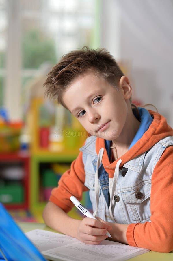Rapaz pequeno que faz lições imagens de stock