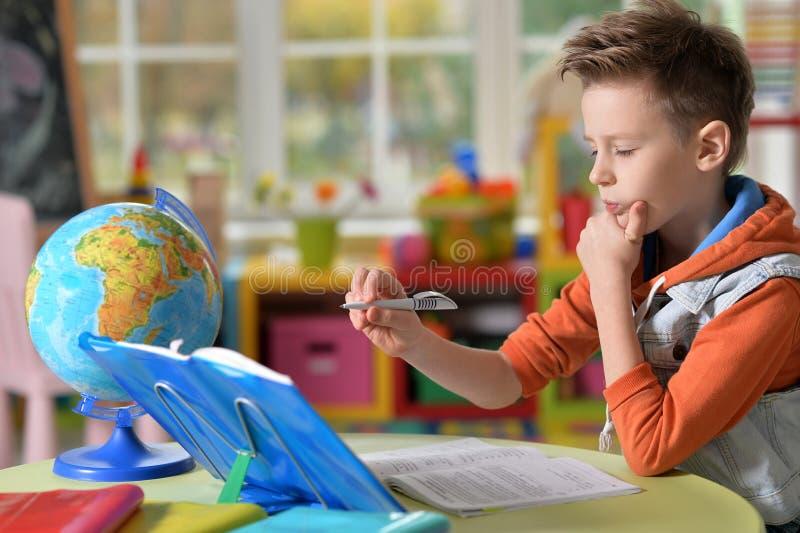 Rapaz pequeno que faz lições imagem de stock royalty free