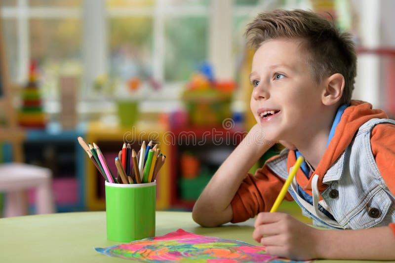 Rapaz pequeno que faz lições foto de stock royalty free