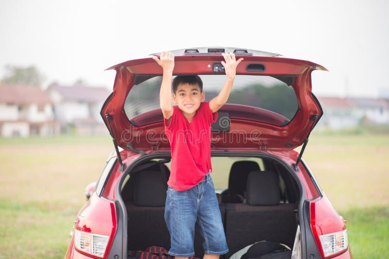 Rapaz pequeno que fecha a porta traseira fotos de stock royalty free