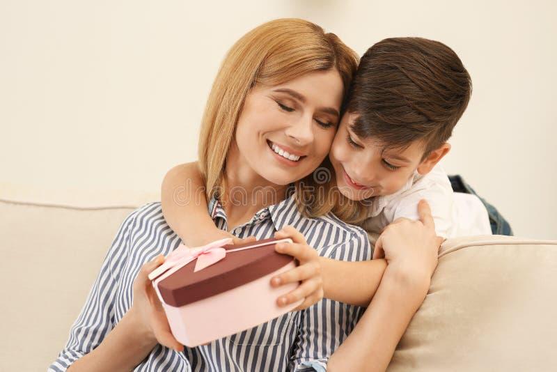 Rapaz pequeno que felicita sua mamã Dia feliz do `s da matriz imagem de stock