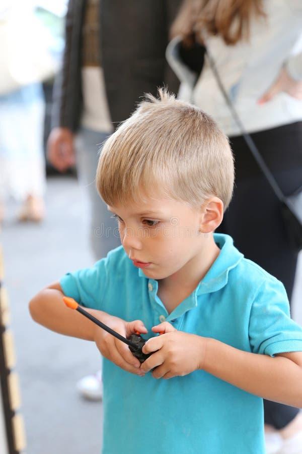 Rapaz pequeno que guarda um controlador do jogo foto de stock royalty free