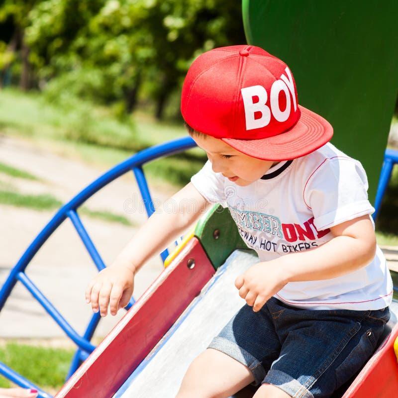 Rapaz pequeno que joga ao ar livre imagem de stock