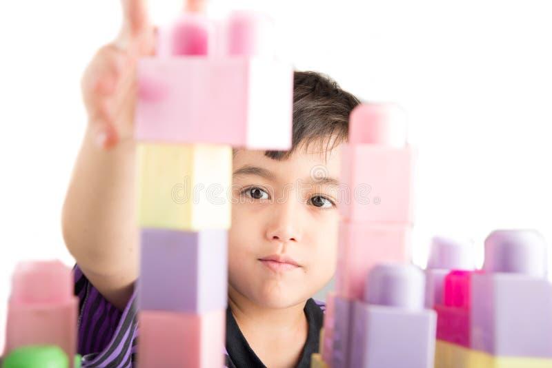 Rapaz pequeno que joga blocos em casa imagem de stock