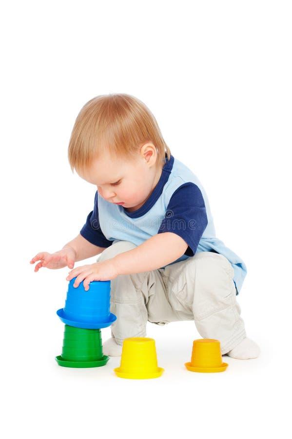 Rapaz pequeno que joga com brinquedos foto de stock