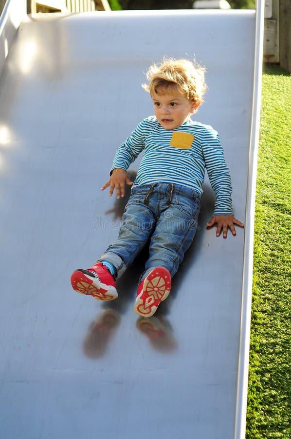 Rapaz pequeno que joga no parque fotografia de stock royalty free