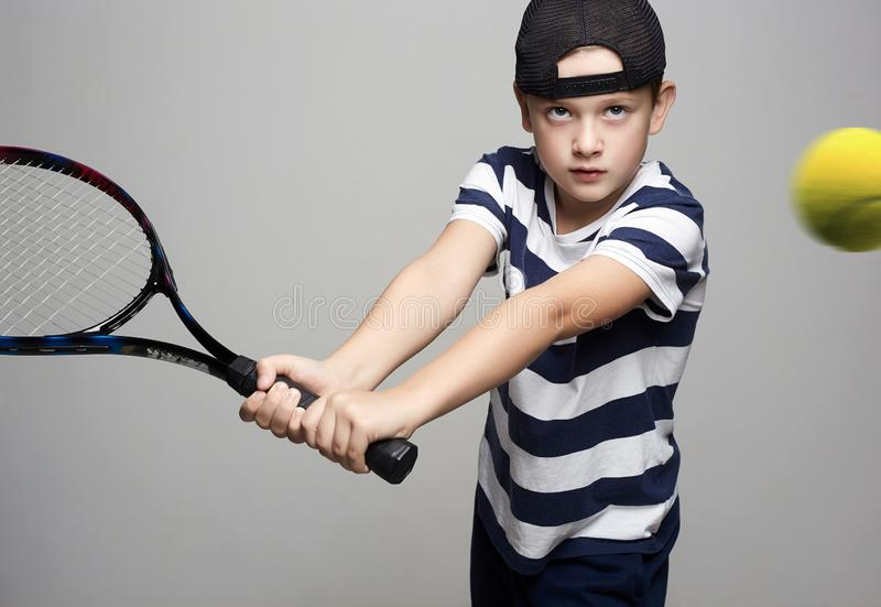 Rapaz pequeno que joga o t?nis Crian?a do esporte fotografia de stock royalty free