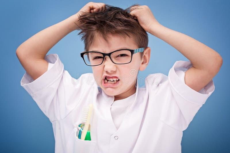 Rapaz pequeno que joga um doutor fotos de stock royalty free
