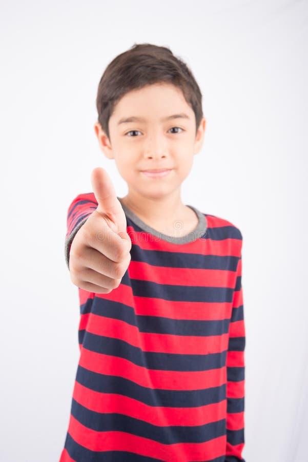 Rapaz pequeno que mostra sua batida acima no branco imagens de stock royalty free