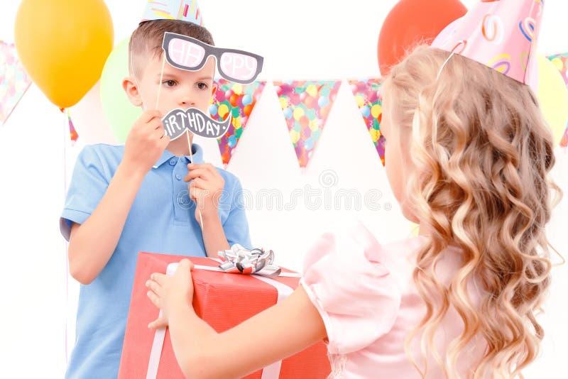 Rapaz pequeno que obtém o presente de aniversário fotografia de stock
