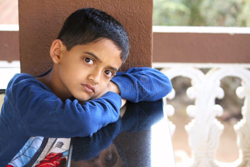 Rapaz pequeno que olha a câmera, Palande, Kokan fotografia de stock