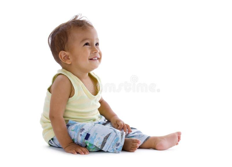 Rapaz pequeno que ri e que olha acima imagens de stock