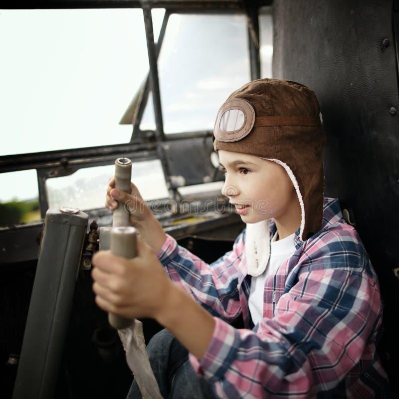 Rapaz pequeno que sonha de ser piloto imagem de stock royalty free