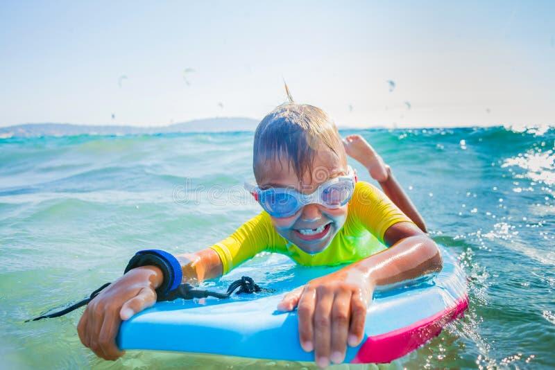 Rapaz pequeno que surfboarding imagem de stock royalty free