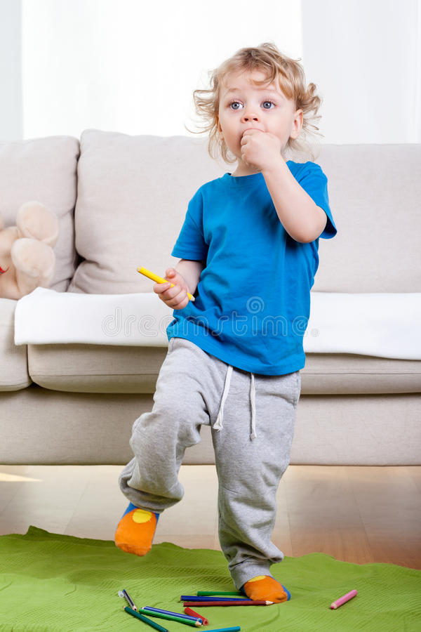 Rapaz pequeno que tem o divertimento imagem de stock royalty free