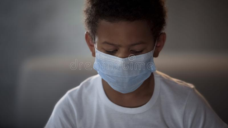 Rapaz pequeno que veste a máscara médica protetora, prevenção da doença, ebola epidemy fotografia de stock