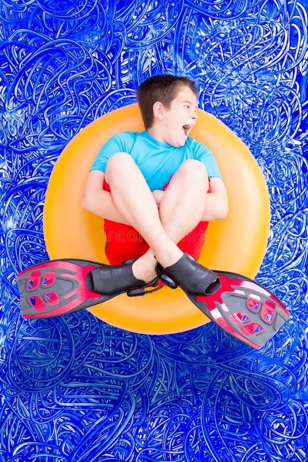 Rapaz pequeno ruidoso alto que joga em uma piscina imagens de stock
