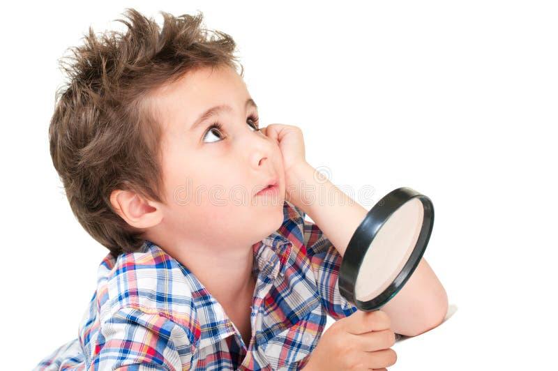 Rapaz pequeno sonhador com cabelo estranho fotos de stock