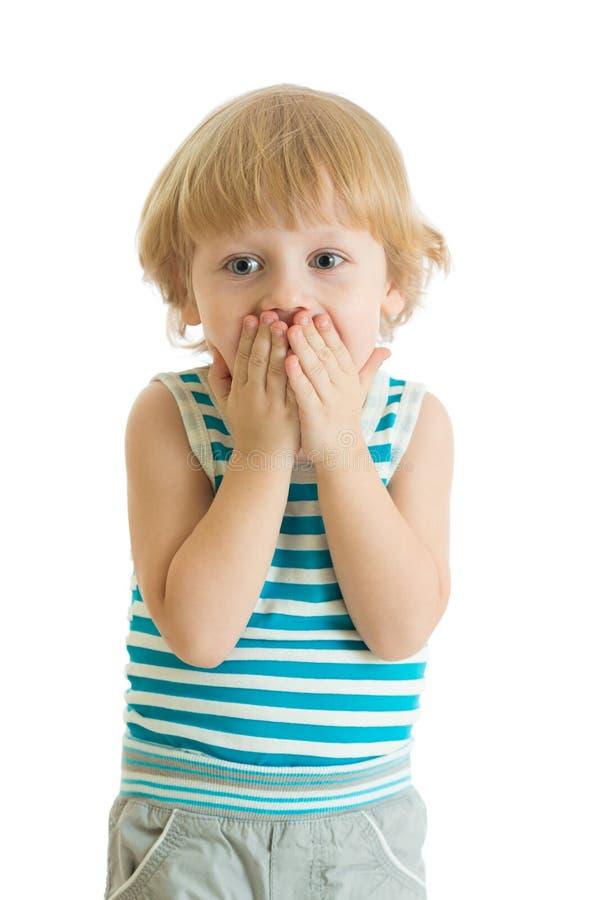 Rapaz pequeno surpreendido com as mãos fechados sua cara fotografia de stock