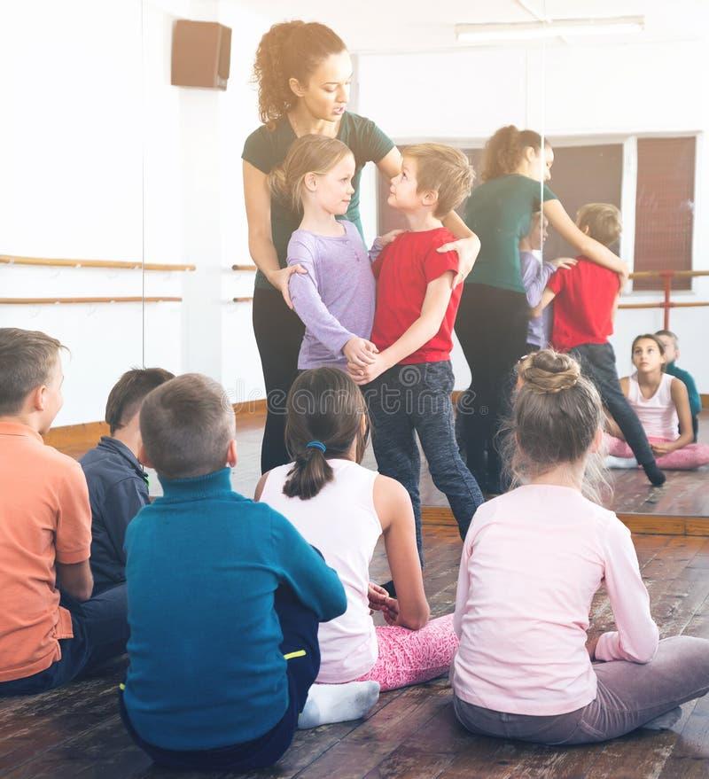 Rapazes pequenos assíduos e meninas que dançam a dança dos pares imagens de stock