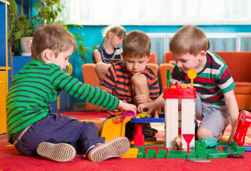 Rapazes pequenos bonitos que jogam no jardim de infância fotos de stock royalty free