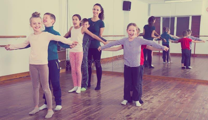 Rapazes pequenos industriosos e meninas que dançam a dança dos pares imagem de stock royalty free