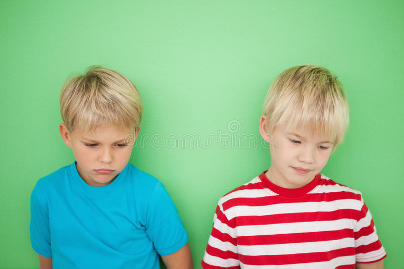 Rapazes pequenos tristes que olham para baixo imagem de stock
