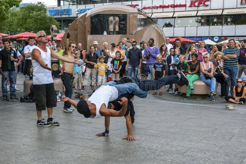Rapdansare som utför i för att parkera royaltyfri fotografi