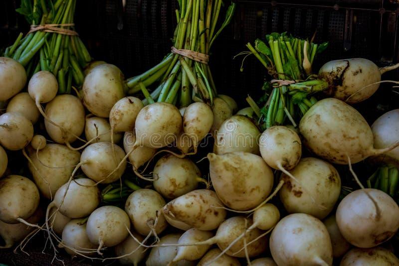 Rape organiche su esposizione al mercato degli agricoltori fotografie stock