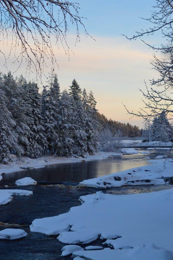 Rapide congelée et coucher du soleil de Koiteli de rivière de Kiiminki l'après-midi froid d'hiver photographie stock