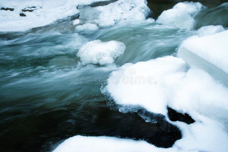 Rapide d'hiver en petite rivière photos stock