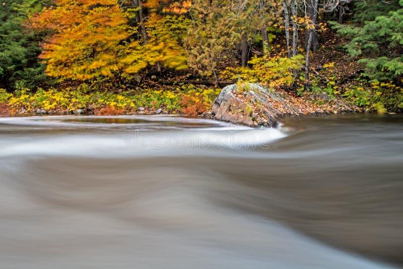 Rapide de la rivière d'Oxtongue lissée avec la longue exposition image stock