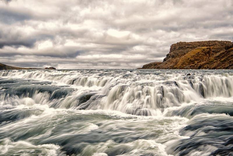 Rapide del fiume a reykjavik, Islanda Flusso di corrente dell'acqua L'acqua cade sul cielo nuvoloso Velocità e turbolenza Natura  fotografia stock