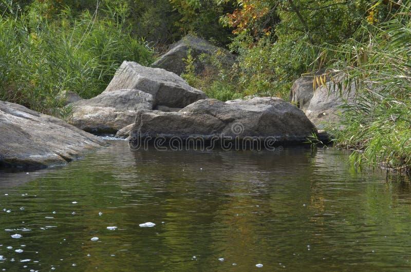 Rapide di pietra nel fiume Deadwater/Mertvovod su quali flussi lungo il fondo del canyon di Aktovsky immagini stock
