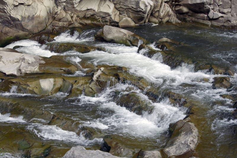 Rapide sul fiume della montagna immagine stock