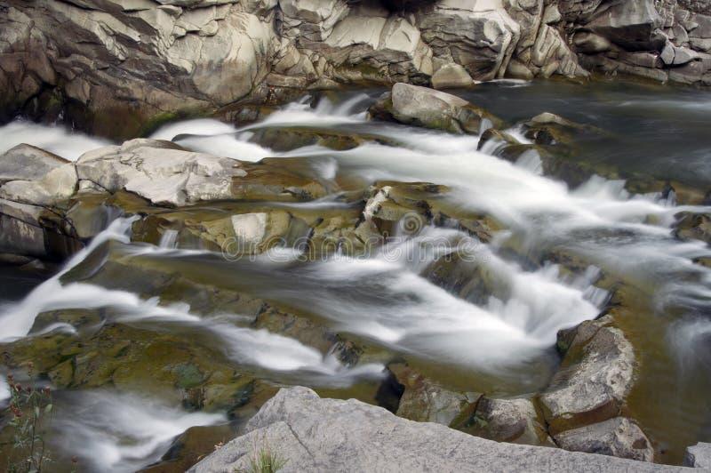 Rapide sul fiume della montagna fotografie stock