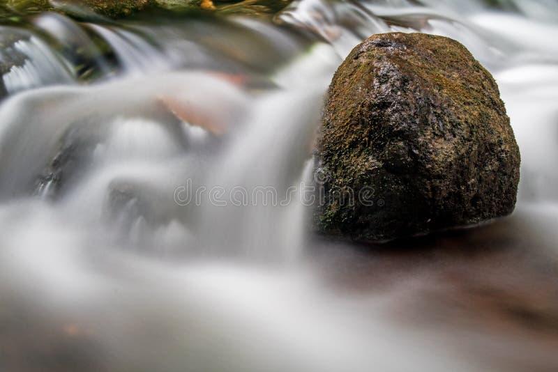 Rapide sur la rivière de Boyne ramollie par longue exposition images libres de droits