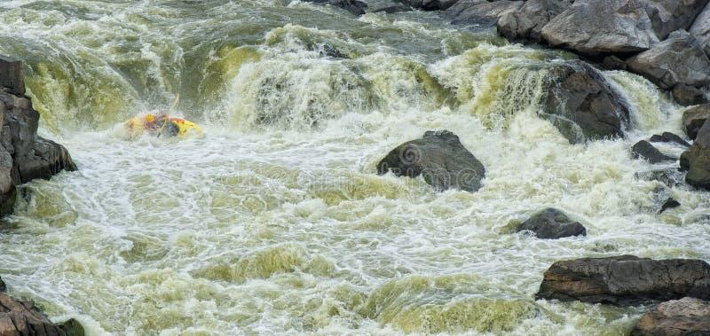 Rapids correnti del Kayaker fotografia stock libera da diritti