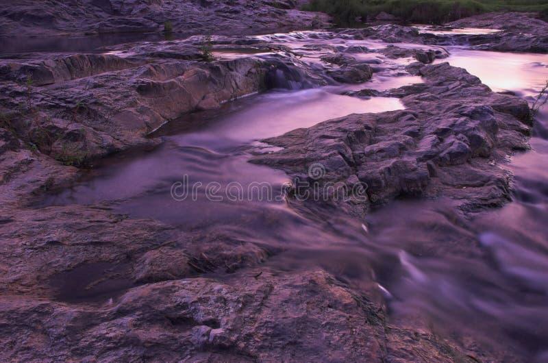 Rapids del río en la oscuridad foto de archivo