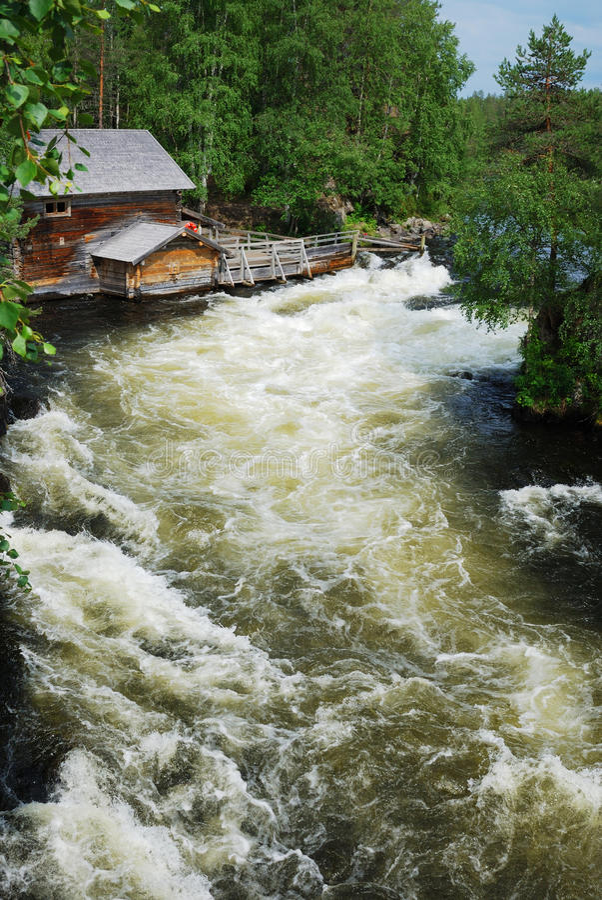 Rapids na floresta do taiga, Juuma, Finlandia. imagens de stock