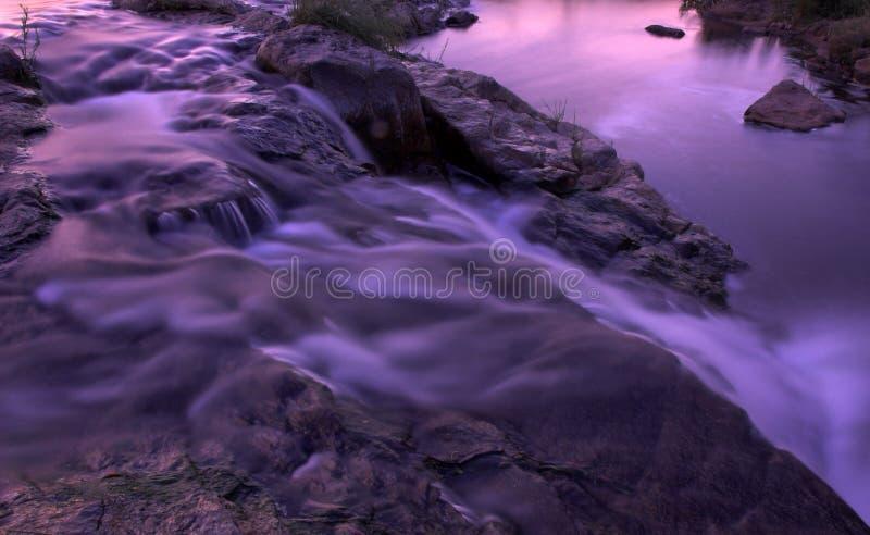 Rapids y cascada del río en la oscuridad fotografía de archivo