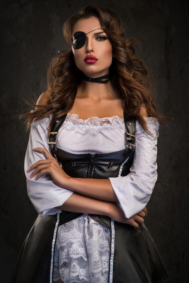 Rapini la donna con la toppa dell'occhio in retro biancheria bianca immagine stock libera da diritti